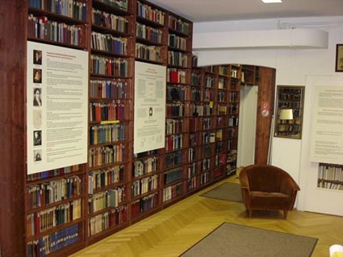 32 Tolstoi Bibliothek web